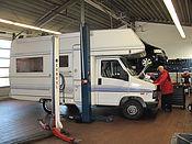 Ein Wohnwagen wird in der Günl Werkstatt repariert